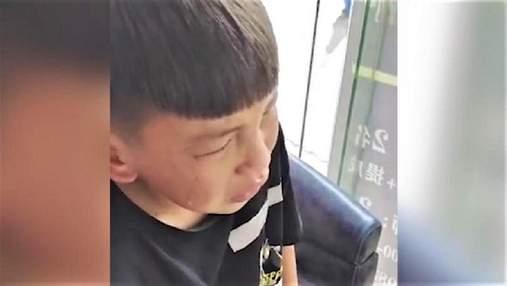9-річний хлопчик викликав поліцію у перукарню: йому не сподобалася стрижка