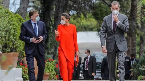 Королева Летиція підкорила публіку аутфітом у помаранчевому костюмі: фото яскравого виходу