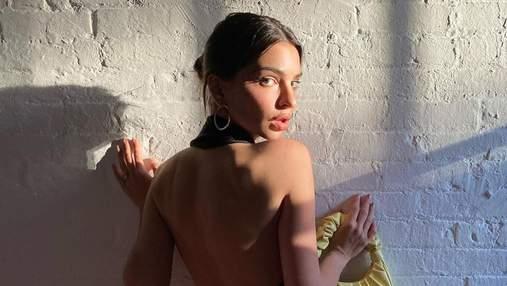 Емілі Ратажковскі позувала в сукні з оголеною спиною: гарячі кадри без білизни