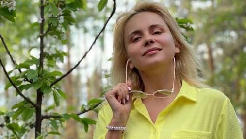 Лилия Ребрик покорила домашним образом в желтом костюме и без косметики: фото