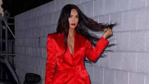 Роковая женщина: актриса Меган Фокс ошеломила сеть откровенным костюмом яркого цвета