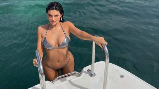 На яхте: Кайли Дженнер показала большую грудь в блестящем бикини