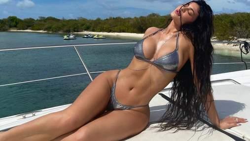Кайли Дженнер на яхте показала фигуру в купальнике: эротическое фото