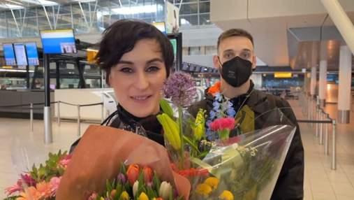 С цветами и подарками: группа Go_A прилетела в Украину