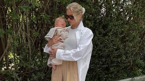 Эльза Хоск показала актуальный образ в белой рубашке и бежевых брюках: стильный кадр