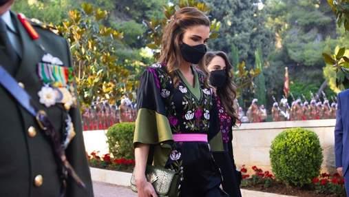 Королева Рания ошеломила изысканным образом в черном платье с вышивкой: фото