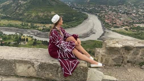 Катя Осадча приголомшила яскравим образом у бордовій сукні в Грузії: ефектні фото