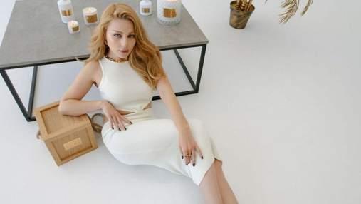 Тина Кароль томно позировала в белом платье на полу: дерзкое фото