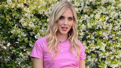 К'яра Ферраньї показала стильний варіант літнього образу: фото в рожевому костюмі