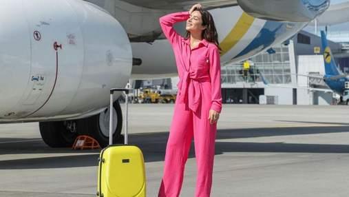 Злата Огневич очаровала ярким образом возле самолета: фото в розовом костюме