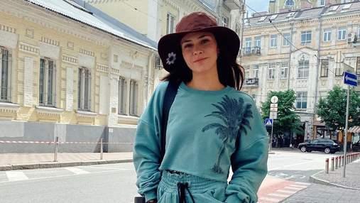 Юлія Саніна прогулялась Києвом у стильному повсякденному образі