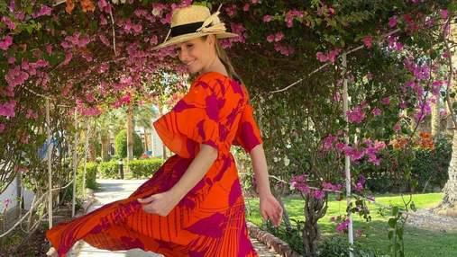 Катя Осадчая ошеломила ярким образом в малиновом костюме: фото