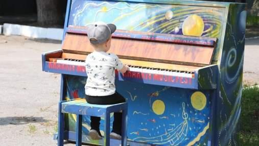 Могут играть все: на улицах Харькова установили арт-пианино – яркие фото, видео