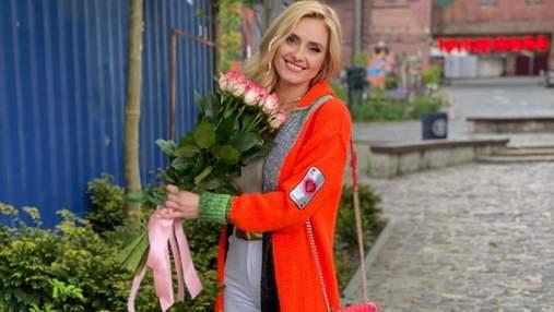 Ірина Федишин приголомшила яскравим образом у кардигані та босоніжках: фото