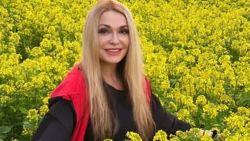 Ольга Сумська показала образ на полі серед цвіту: ефектні фото