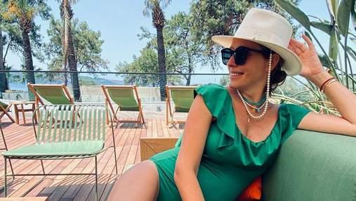 Вагітна Катя Осадча вразила кадром у купальнику та капелюсі за 9 тисяч гривень