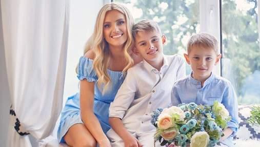 В голубом платье: Ирина Федишин в нежном образе позировала на фотосессии с сыновьями