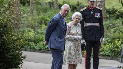 Єлизавета II у квітковій сукні вийшла у світ разом із сином: фото