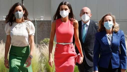 Королева Летиция выбрала для нового выхода платье малинового цвета: фото эффектного образа
