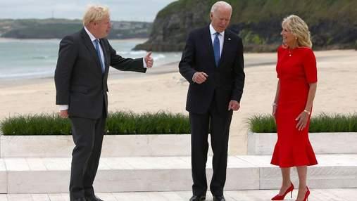 Джилл Байден в Великобритании повторила яркий образ в красном платье: фото