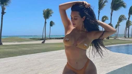 Ким Кардашян похвасталась пышной грудью в крошечном купальнике: