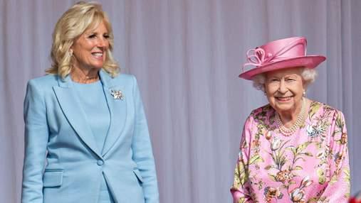 Джилл Байден очаровала нежным образом на встрече с Елизаветой II: фото в голубом костюме