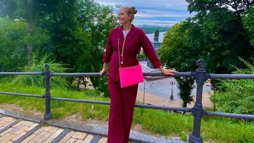 Вагітна Катя Осадча в стильному костюмі прогулялася Києвом: чарівне фото