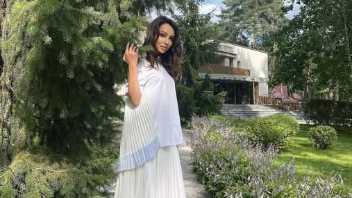 Екатерина Кухар восхитила нежным образом в молочном наряде: фото