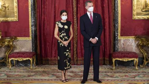 Королева Летиція на урочистій вечері з'явилася у вишуканій чорній сукні: фото