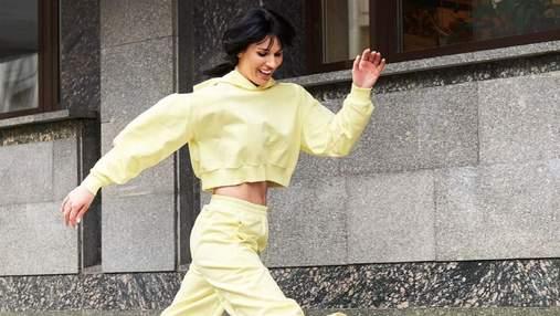 Маша Ефросинина позировала на улице в ярком костюме: спортивный образ ведущей