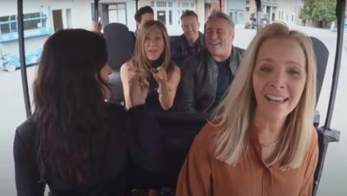 """Дженніфер Еністон, Метт Леблан та інші """"Друзі"""" виконали культову пісню серіалу: веселе відео"""