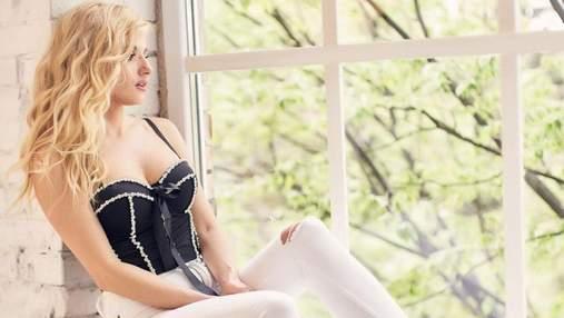 Ірина Федишин вразила зухвалим образом у відвертому топі та джинсах: фото