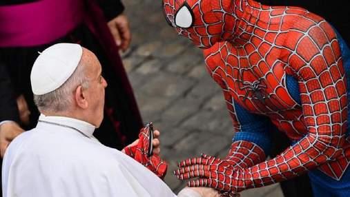 Человек-паук попал на аудиенцию к Папе: неожиданное фото