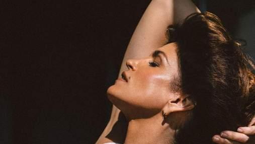 """""""Їй вдається не старіти"""": Сінді Кроуфорд здивувала новим фото для реклами свого б'юті-бренда"""