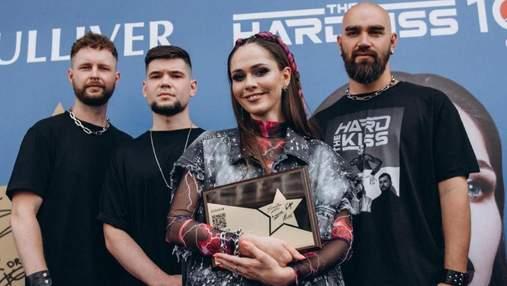 Юлия Санина продемонстрировала стильный образ в Киеве: эффектные кадры