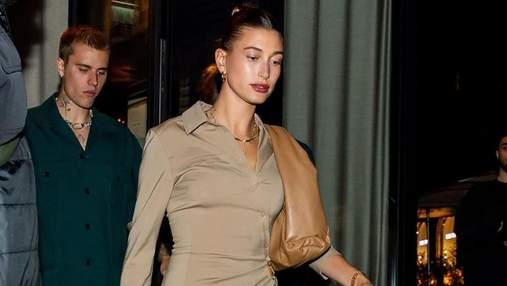 Хейли Бибер прогулялась по Парижу в эксклюзивном бежевом костюме Jacquemus: стильные кадры