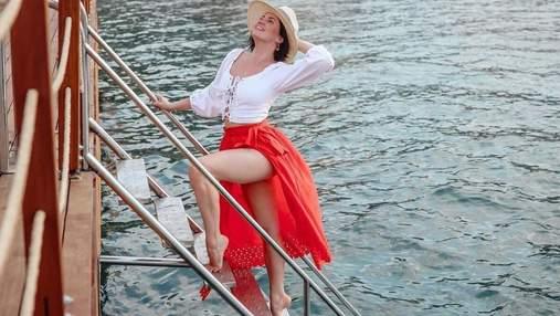 Оля Цибульська позувала у спідниці з високим розрізом: гарячі фото з Туреччини