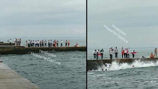 Студенты Морской академии в Одессе отпраздновали выпускной прыжками в море: эффектное видео