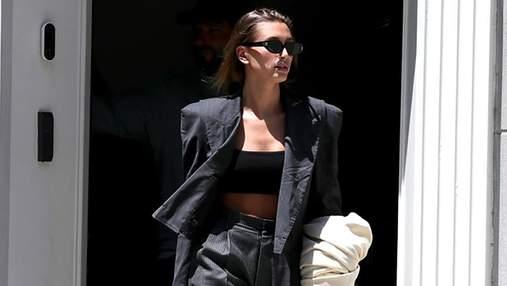 Гейлі Бібер показує, як можна вдало поєднати жакет і штани різних принтів: розкішний образ