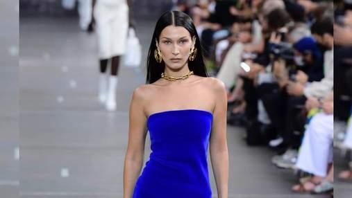 Белла Хадид ошеломила образами в синих платьях на показе Off-White: роскошные фото