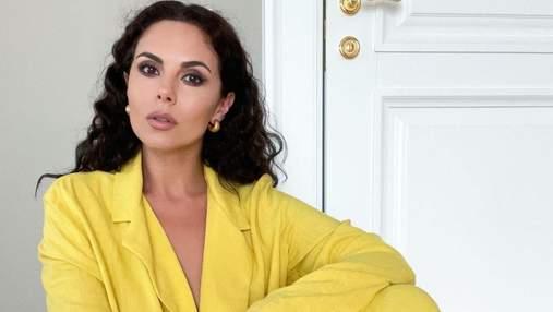 Настя Каменських позувала в жовтому костюмі: фото яскравого літнього образу