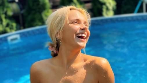 Лілія Ребрик захопила фігурою в купальнику без бретелей