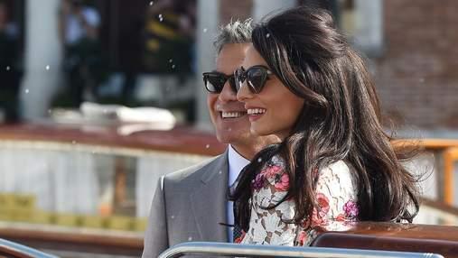 Амаль Клуни увидели на свидании в платье, в котором хочется провести все лето: фото