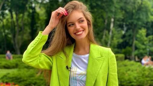 Дружина Дмитра Комарова показала яскравий літній образ: фото