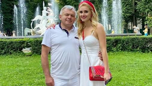 Ірина Федишин показала красивий літній образ на прогулянці з татом: фото в білій сукні