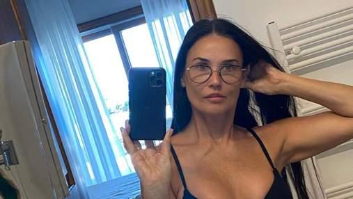 58-летняя Деми Мур поразила подтянутой фигурой в бикини: смелые фото из Греции