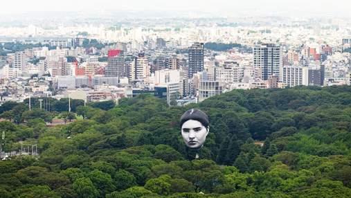 Гігантська людська голова у небі над Токіо налякала японців: моторошні фото та відео
