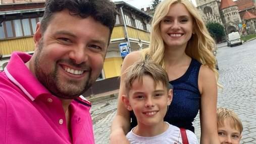 Ирина Федишин показала стильный повседневный образ на прогулке с семьей: фото