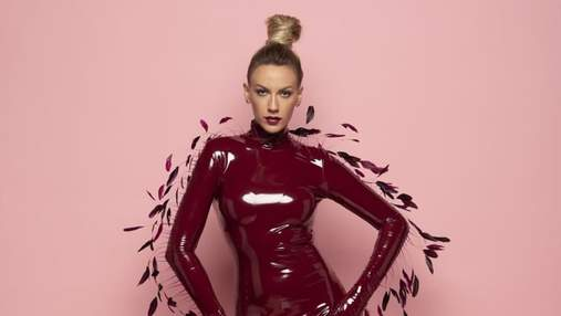 Леся Нікітюк приголомшила елегантними образами у рожевій та бордовій сукні: фото