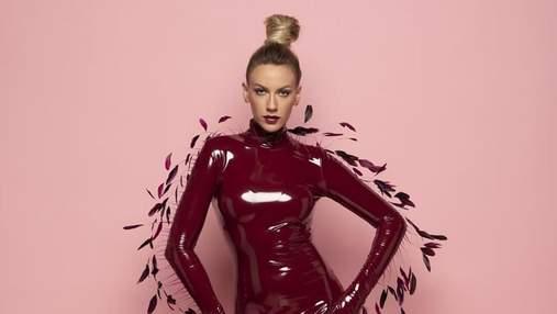 Леся Никитюк ошеломила элегантными образами в розовом и бордовом платье: фото